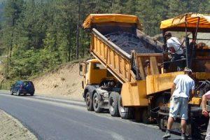φορτηγό ρίχνει πίσσα σε δρόμο