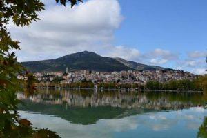 Καστοριά και αντικατοπτρισμός της στη Λίμνη