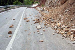 κατολίσθηση πετρών στο δρόμο