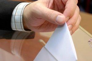 χέρι ρίχνει φάκελο σε κάλπη
