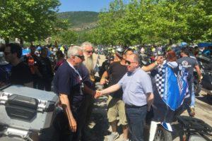 Αδαμόπουλος (Αντιπεριφερειάρχης) χειραψία με εκπροσώπους της διοργάνωσης 38ου FIM Motocamp