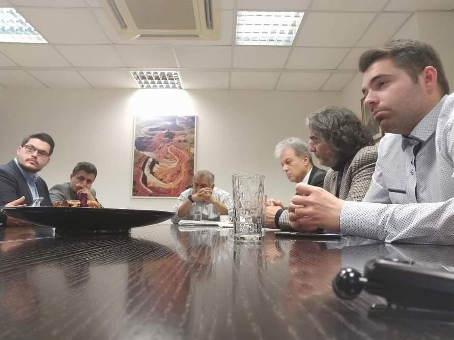 συνάντηση στη Λάρκο, παρουσία  Βουλευτή Κοζάνης Γεώργιου Αμανατίδη, του Δημάρχου Σερβίων Χρήστου Ελευθερίου, του Διευθύνοντα Συμβούλου της εταιρίας Σπύρου Τζίτζου και εκπροσώπων Καστοριανών μεταφορέων